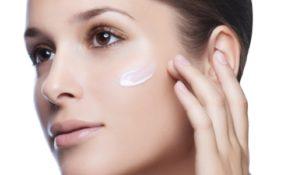 Mulher aplica produtos antioxidantes
