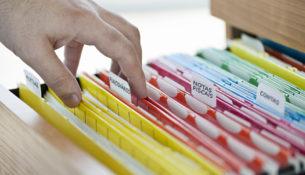 Gaveta com diversas com pastas de diversos documentos, que são facilmante encontrados nas empresas, como notas fiscais, contas etc.