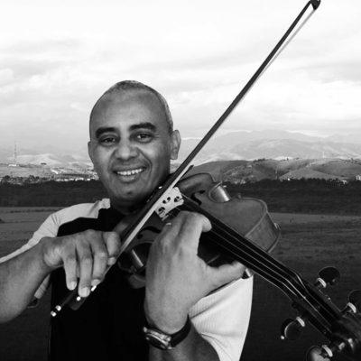 Conheça o brasileiro Isaías Hilário: agente funerário, maestro e violinista